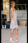 Candice Swanepoel veste Valentino e sapatos  Brian Atwood