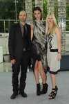 Ruby Aldridge veste  Helmut Lang, ao lado de Michael e Nicole Colovos.